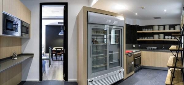 A cozinha do hostel era um pouco mais caótica do que essa foto do site oficial